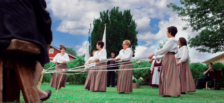 naiset esittävät pitsitanhua suurilla nypyloilla