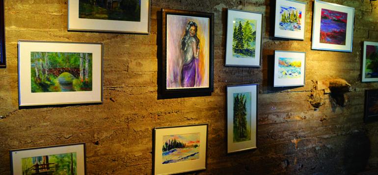 Maalauksia taidenäyttelyssä