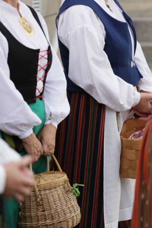 kansallispukuisia naisia koreineen
