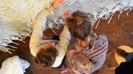 Tuuli Huovila ja Essi Ruuskanen kiinnittävät lasten sormivirkkauksia osaksi Pitsiverho-installaatiota