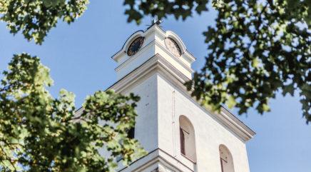 Puita, taivasta ja kirkon torni