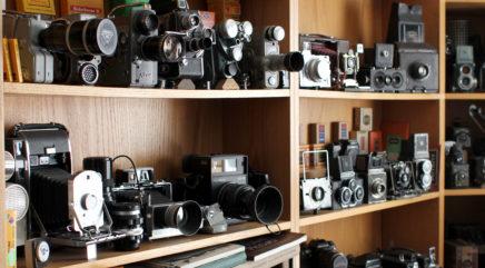 Vanhoja kameroita hyllyillä
