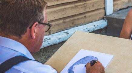 Teuvo Salminen piirtää karikatyyria