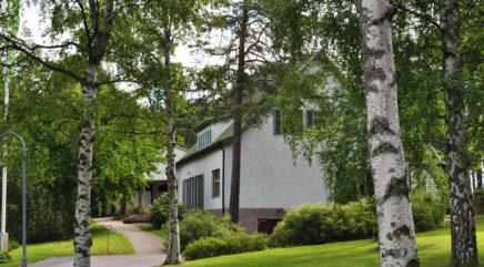 Lönnströmin kotimuseo puiden lomassa