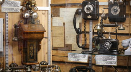 Vanhoja puhelimia puhelinmuseossa