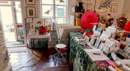 Värikäs huone täynnä erilaista taidetta