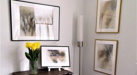 Vaalea huone, jonka seinillä Tuula Kallaksen akvarellitaidetta